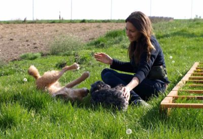 Lara mit ihren Hunden Sokrates und Mathilda