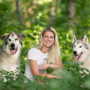Hundetrainerin Sabine Taferner mit Dyson und Alecca